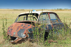Automobile del relitto in un campo Fotografia Stock Libera da Diritti