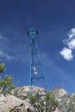 Automobile del tram di Sandia attraverso la torre - orientamento verticale Fotografie Stock Libere da Diritti