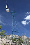 Automobile del tram di Sandia che si avvicina alla torre - orientamento verticale Fotografia Stock Libera da Diritti