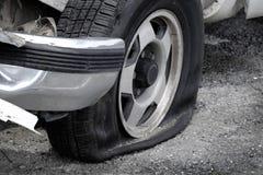 Automobile del veicolo della gomma piana su pericoloso del pericolo della strada incagliata Fotografia Stock