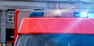 Automobile dell'ambulanza con le luci d'avvertimento infiammanti Immagine Stock