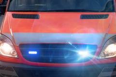 Automobile dell'ambulanza con le luci d'avvertimento infiammanti Immagini Stock Libere da Diritti