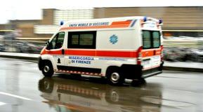Automobile dell'ambulanza nel traffico nella città Italia di Firenze Fotografia Stock Libera da Diritti