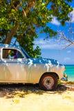 Automobile dell'annata ad una spiaggia in Cuba Immagini Stock Libere da Diritti