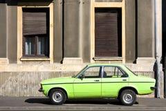Automobile dell'annata contro la facciata Fotografia Stock