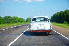 Automobile dell'annata su una strada della campagna Immagine Stock Libera da Diritti