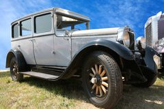Automobile dell'annata sulla rotella di legno Immagine Stock