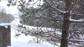 Automobile dell'automobile che guida nella neve di inverno sulla strada rurale del paese 4K video d archivio