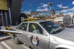 Automobile dell'azionamento degli stranieri in panettiere California Immagini Stock