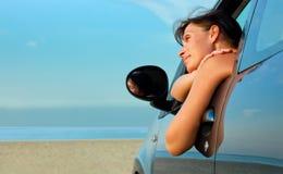 Automobile della donna della spiaggia Fotografie Stock