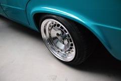 Automobile della lucidatura del classico del turchese, Fiat 125p Fotografie Stock