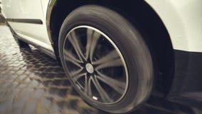 Automobile della ruota che guida sulla pavimentazione video d archivio