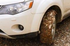 automobile della ruota 4x4 in pieno di terra e delle foglie Immagine Stock Libera da Diritti
