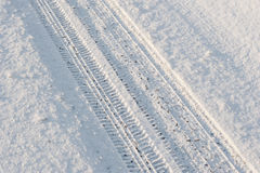 Automobile della traccia nella neve Immagini Stock Libere da Diritti