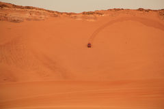 Automobile in deserto arabo Immagini Stock