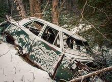 Automobile di abbandono nell'inverno Immagine Stock