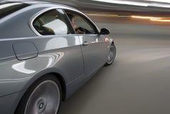 Automobile di accelerazione con le tracce del ligh Fotografia Stock