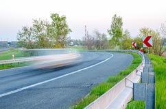 Automobile di accelerazione sulla strada Immagine Stock Libera da Diritti