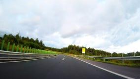 Automobile di accelerazione sulla strada principale archivi video