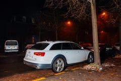 Automobile di Audi A6 alla notte Immagini Stock