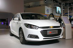 Automobile di bianco del cruze di Chevrolet Fotografie Stock