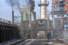 Automobile di carico del carbone quando incaricano cokeria del carbone Immagini Stock Libere da Diritti