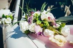 Automobile di cerimonia nuziale dell'annata decorata con i fiori Fotografie Stock