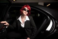 Automobile di Chick Getting Out Of The della mafia Fotografie Stock Libere da Diritti