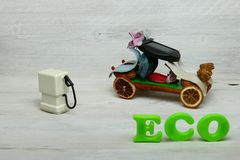 Automobile di eco dei potpourri con lo scarico la pompa immagini stock