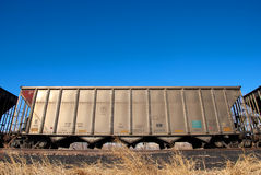Automobile di ferrovia sotto cielo blu luminoso Immagine Stock Libera da Diritti