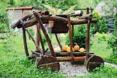 Automobile di Flinstone con le zucche gialle fotografie stock libere da diritti