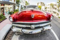 Automobile di Ford Vintage parcheggiata all'oceano fotografia stock libera da diritti
