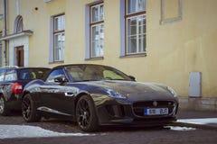 Automobile di Jaguar sulla via di vecchia città Fotografia Stock