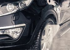 Automobile di lavaggio Fine in su Acqua ad alta pressione Fotografie Stock Libere da Diritti