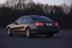 Automobile di lusso sulla strada di sera Immagini Stock
