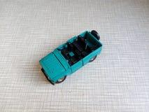 automobile di modello blu senza il tetto su un fondo grigio Immagini Stock Libere da Diritti