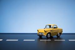 Automobile di modello del giocattolo giallo di anni '50 Fotografia Stock Libera da Diritti