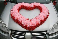 Automobile di nozze con cuore dai fiori Fotografia Stock Libera da Diritti