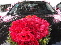 Automobile di nozze, legata una rosa rossa Fotografia Stock Libera da Diritti