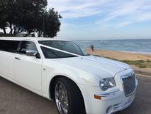 Automobile di nozze sulla spiaggia Fotografia Stock Libera da Diritti