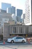 Automobile di NYPD sul ponte di Brooklyn fotografia stock