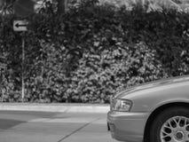 Automobile di parcheggio con il segno Fotografie Stock