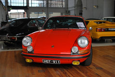 Automobile di Porsche 911 Carrera di rosso fuoco, vecchio retro modello classico su esposizione per l'acquisto fotografia stock libera da diritti
