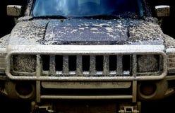 Automobile di potenza sporca 4x4 su priorità bassa nera Fotografie Stock Libere da Diritti