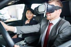 Automobile di prova con la cuffia avricolare di VR fotografia stock libera da diritti