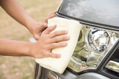 Automobile di pulizia con il panno del microfiber Immagini Stock Libere da Diritti