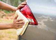 Automobile di pulizia dell'uomo con il panno del microfiber Fotografia Stock Libera da Diritti