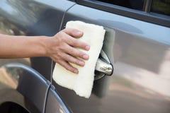 Automobile di pulizia dell'uomo con il panno del microfiber Fotografie Stock