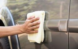 Automobile di pulizia dell'uomo con il panno del microfiber Fotografia Stock
