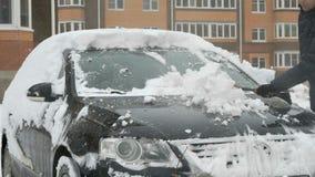 Automobile di pulizia dell'uomo da neve video d archivio